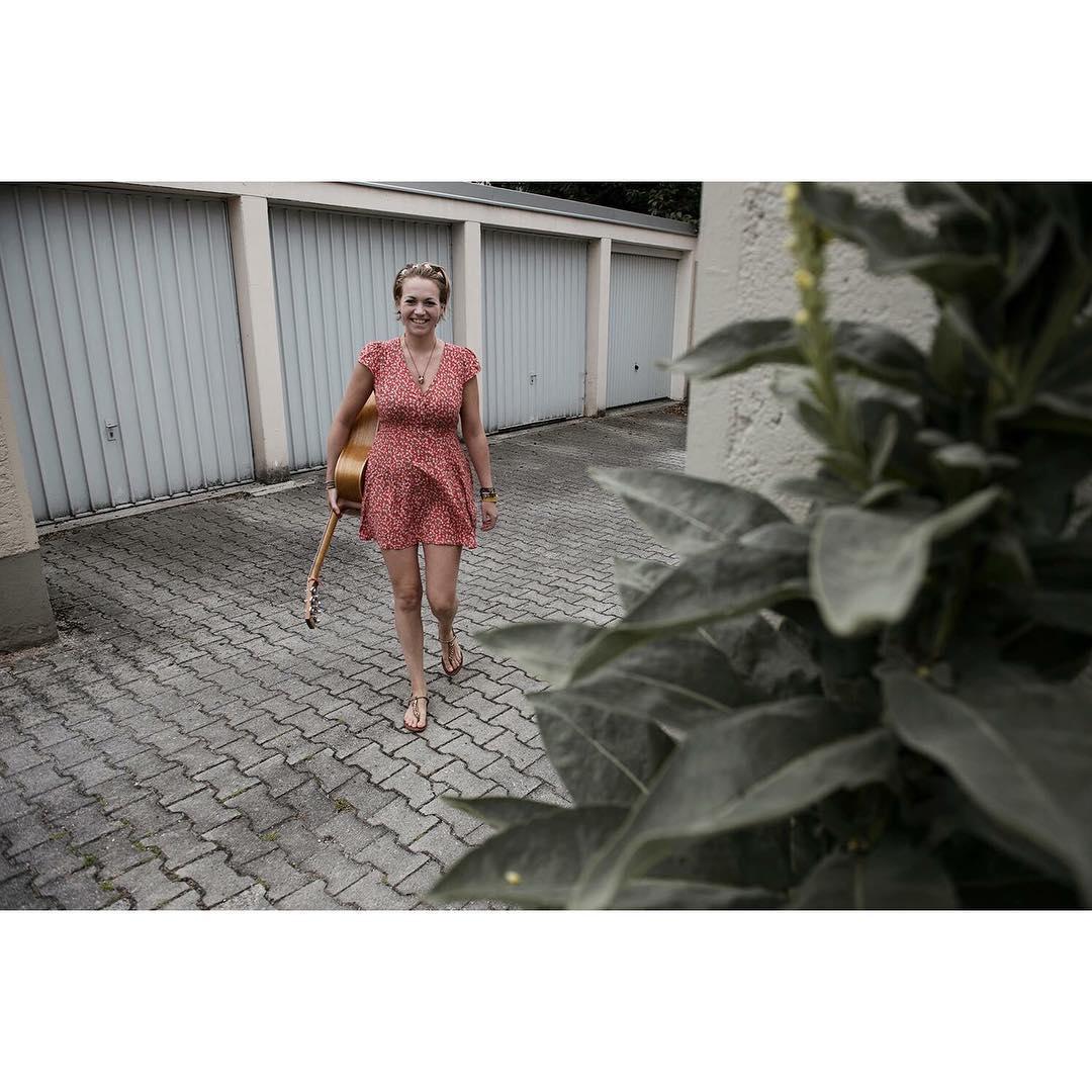 noch ein Bild aus der meloncholy-Presse-Reihe #ohgirl #girl #mädchen #münchen #Munich #Guitar #Gitarre #Stadt #Urban #City #Stadt #rot #kleid #dress #laugh #lachen